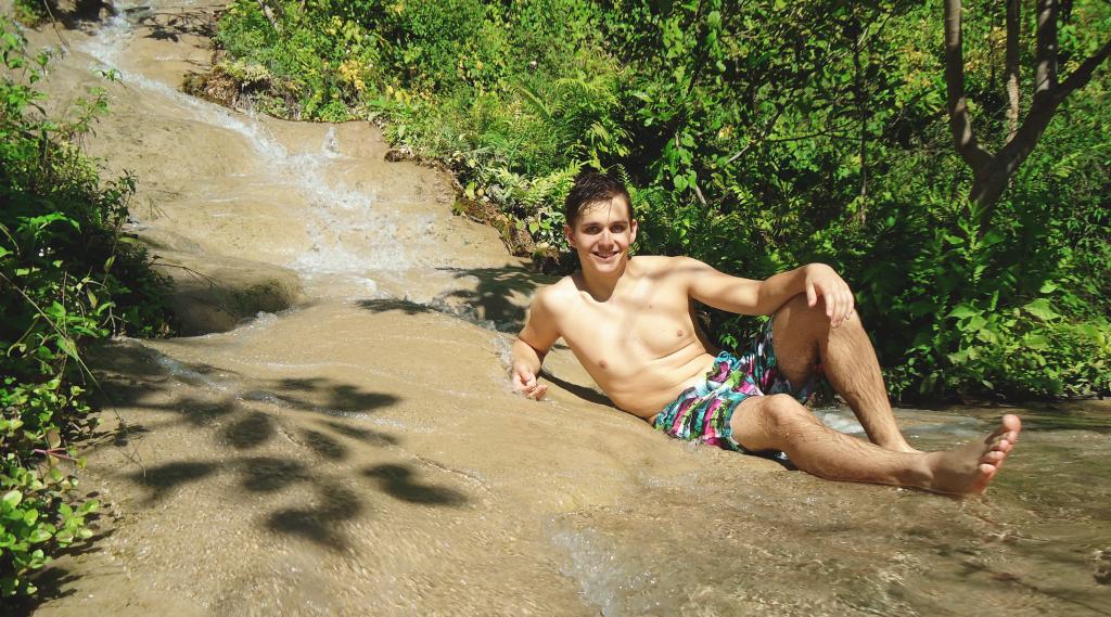 Fotka zo Sticky Waterfalls - z vodopádov, po ktorých môžete liezť