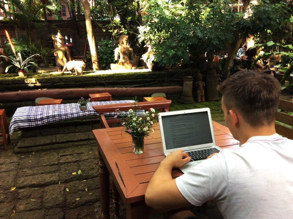 Digitálny nomád Roland Vojkovský v kaviarni v meste Chiang Mai